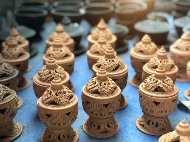 Poterie émaillée à la main et sculptée dans un style thaïlandais