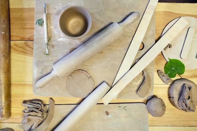 Poterie, faïence, produits en céramique à partir d'argile brute sur une table en bois
