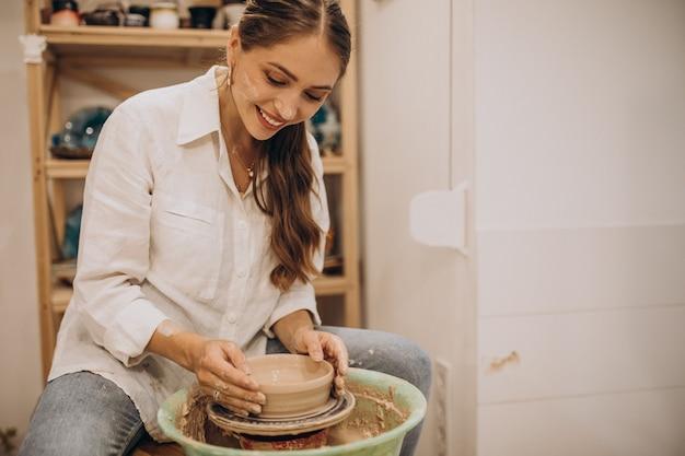Potier femelle à un cours de poterie