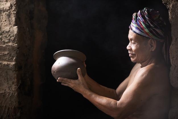 Potier avec son produit, fait à la main.