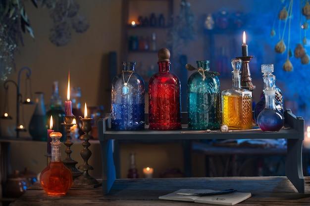 Potion magique dans la maison de la sorcière avec des bougies allumées la nuit