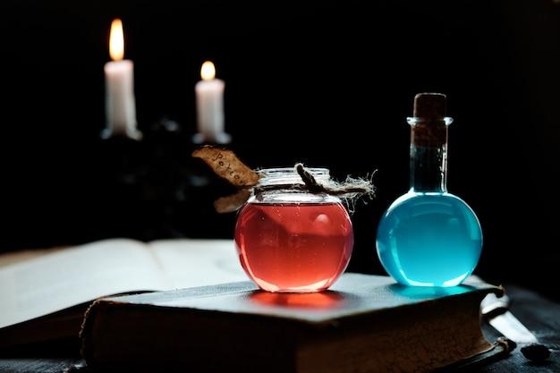 Potions et bougies sur un livre