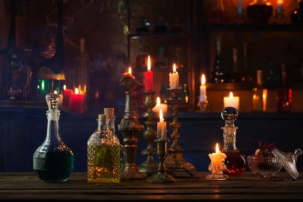 Potions magiques en bouteilles sur fond de bois