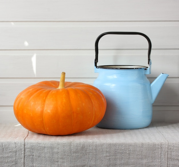 Potiron et bouilloire bleue dans la cuisine
