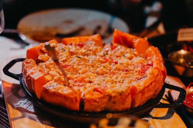 Potiron cuit au four avec des légumes. cuisine argentine