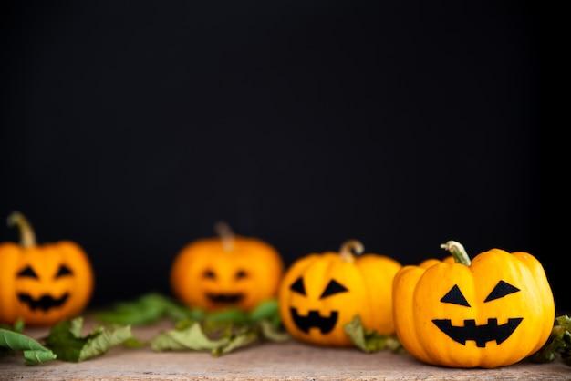 Potiron fantôme jaune sur fond noir. concept d'halloween.