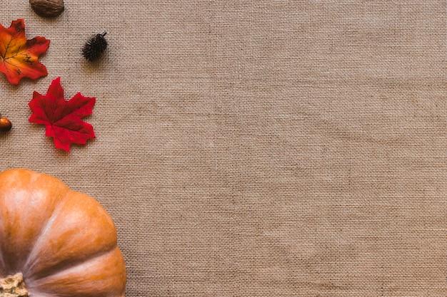 Potiron et feuilles sur toile de lin