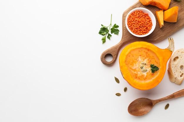 Potiron et lentille tranchés plats avec espace de copie