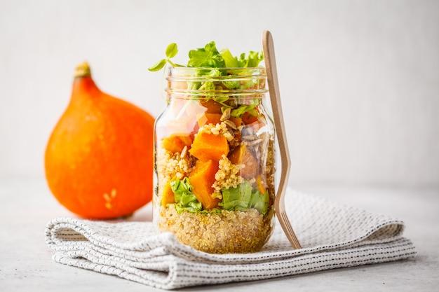 Potiron, salade de quinoa dans un bocal. concept alimentaire végétalien.