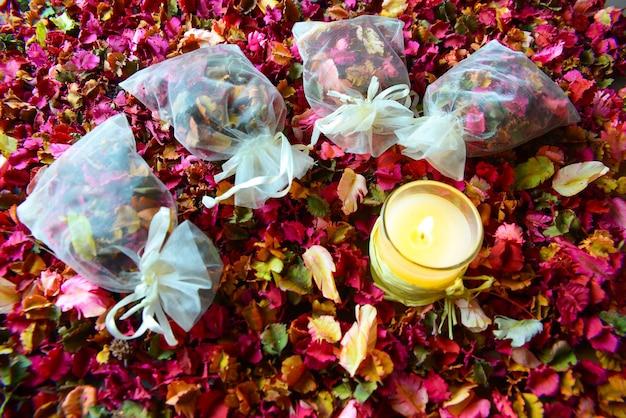 Potpourri ou fleurs de pétales séchées, bougies colorées et parfumées
