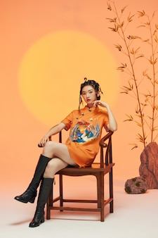 Potrait d'une jeune femme portant des vêtements typiquement chinois