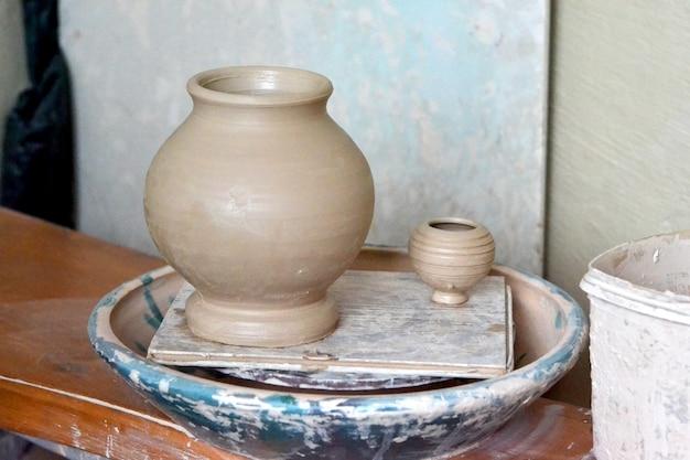 Pots en argile brute dans l'atelier du potier