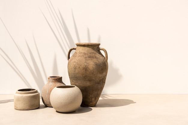 Pots d'argile de jardinage vintage dans un style minimaliste