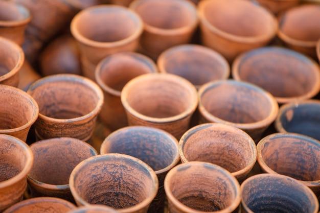Les pots en argile sont en rangées. vue d'en-haut