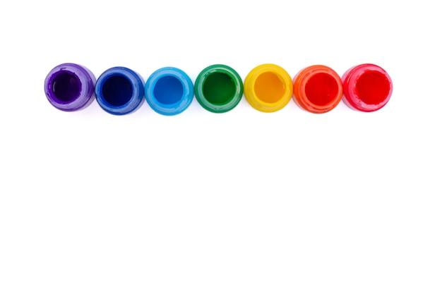 Pots aux couleurs de l'arc-en-ciel isolés sur fond blanc. vue de dessus.