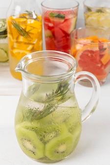 Pots avec des boissons aux fruits sur le bureau