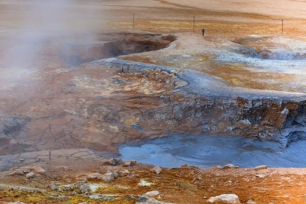 Pots de boue chaude dans la zone géothermique hverir, islande. prise de vue horizontale