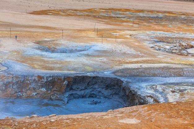 Pots de boue chaude dans la zone géothermique de hverir, islande