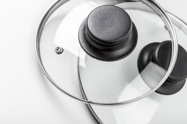Pots et casseroles en acier inoxydable isolés