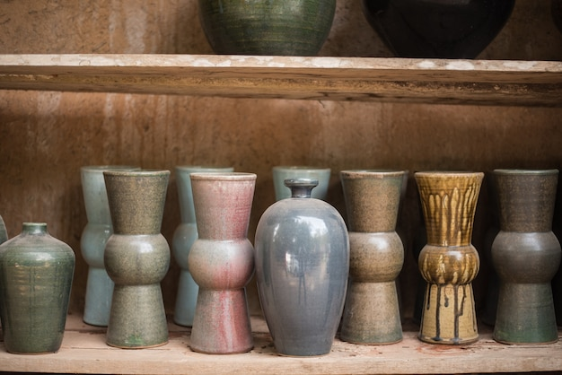 Pots en céramique sur l'étagère