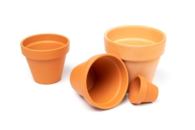 Pots en céramique vides de différentes tailles concept de jardinage jardin intérieur isolé sur fond blanc