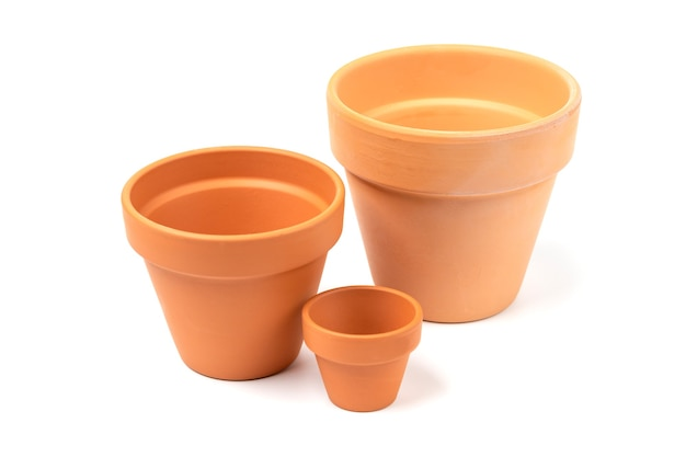 Pots en céramique vides de différentes tailles. concept de jardinage, jardin intérieur. isolé.