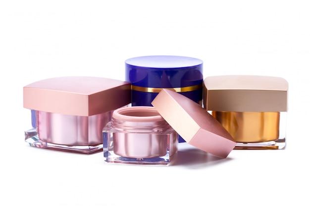 Pots de cosmétiques isolés sur blanc
