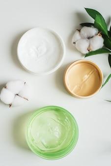 Pots de crème, gel d'aloès et patchs hydratants pour le visage