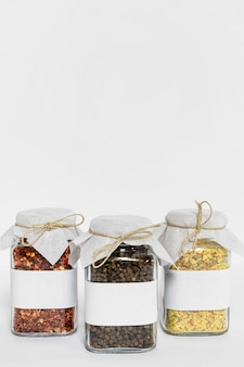 Pots avec différentes épices et espace copie