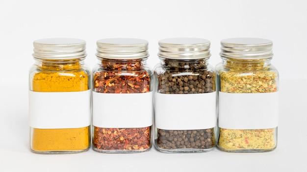 Pots d'épices avec arrangement d'étiquettes