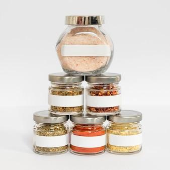Pots d'épices avec composition d'étiquettes