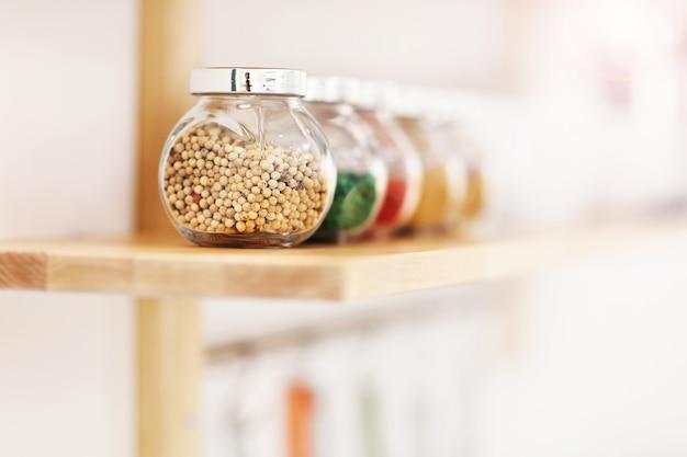 Pots d'épices dans la cuisine
