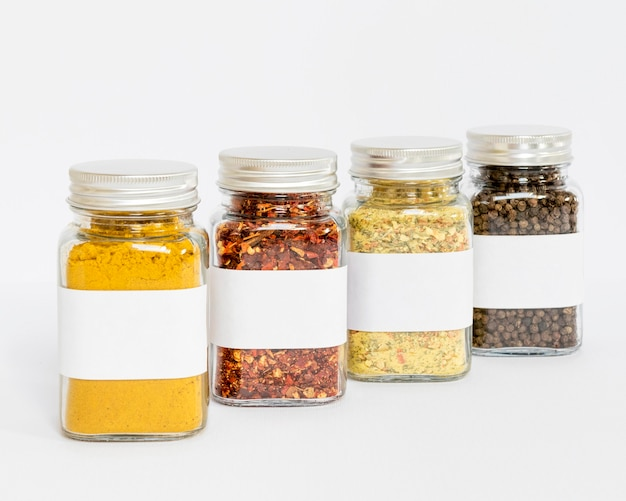 Pots d'épices étiquetés avec fond blanc