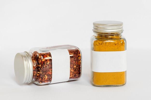 Pots étiquetés avec composition d'épices