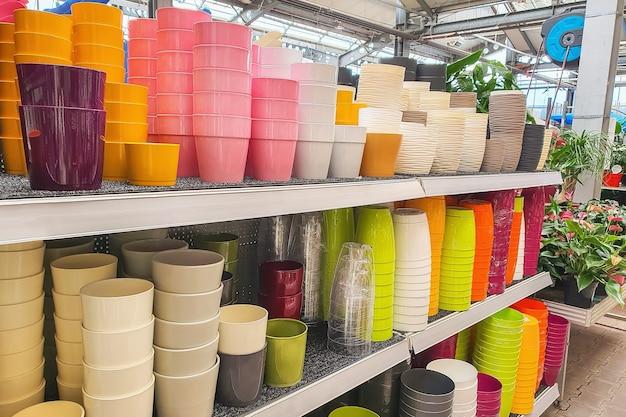 Pots de fleurs sur étagère dans un magasin de plantes