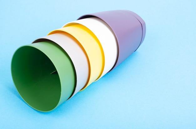 Pots de fleurs vierges brillants sur papier de couleur