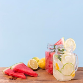 Pots, à, fruits frais, boissons, table