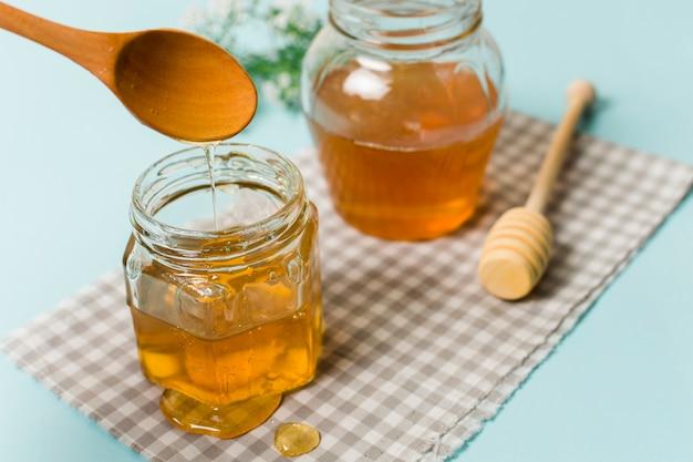Pots de miel avec des cuillères