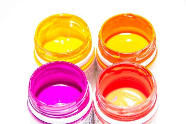 Pots avec de la peinture colorée sur fond blanc. gros plan, vue de dessus