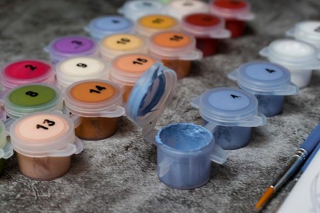 Pots de peinture numérotés. dessin sur toile. passe-temps créatif. activité de loisir. image par numéros. passe-temps créatif. mise au point sélective.