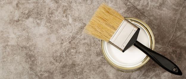 Pots de peinture et pinceaux et comment choisir la couleur de peinture d'intérieur parfaite et bonne pour la santé