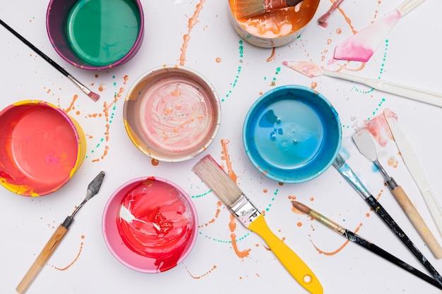 Pots de peinture et pinceaux