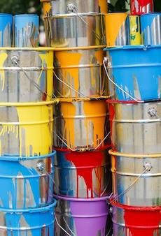 Pots de peinture usagés empilés