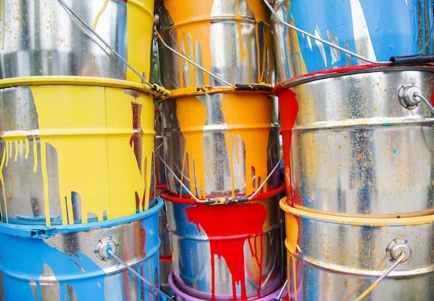 Les pots de peinture usés.