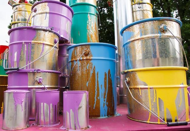 Les pots de peinture utilisés.