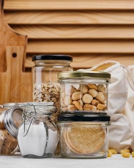 Pots pleins d'ingrédients alimentaires et fond en bois