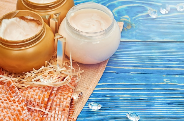 Pots ronds de crème cosmétique. espace de copie de vue de dessus plat lapointe. concept de produit de beauté naturel.