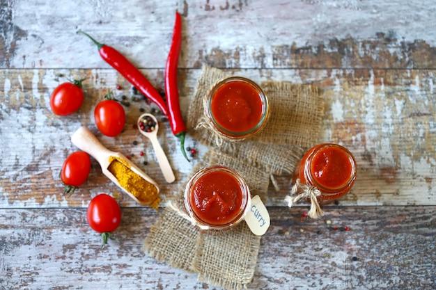 Pots de sauce au curry maison.