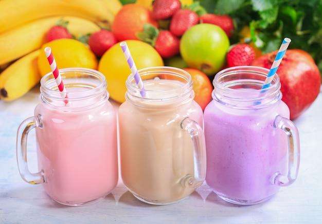 Pots de smoothie aux fruits avec des pailles à rayures