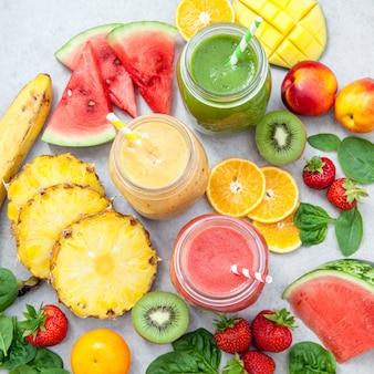Pots de smoothie entourés de fruits et de baies en tranches